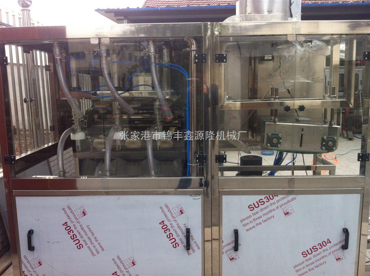 5加仑矿泉水灌装机产品详情: QGF-300型桶装线是专供5加仑桶装饮用水生产用。整机集冲洗、灌装、封盖功能于一体。是矿泉水、蒸馏水、纯净水生产的理想设备。整体采用优质不锈钢制作,耐腐蚀,易清洗。洗桶用内、外喷嘴均采用进口美国喷雾公司独特技术设计。该机结构紧凑,工作效率高且稳定可靠,动作灵敏正确,自动化程度高,是机电气三位一体的全自动桶装设备。 5加仑矿泉水灌装机主要技术参数: Ø 灌装头数:2 Ø 灌装容量:5加仑 Ø 桶型尺寸规格:270×490