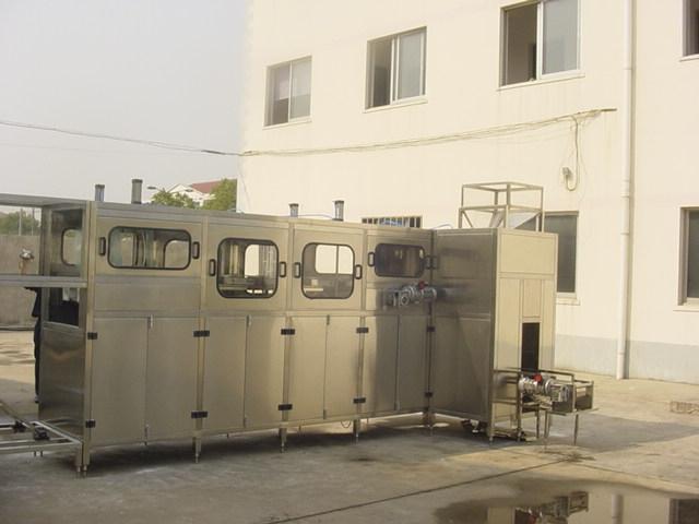我公司所生产大桶水灌装机分为3加仑、5加仑桶装水灌装机,产量从150桶/时~2000桶/时不等。按自动化程度,分为全自动和半自动大桶水灌装机,小产量桶装线,如200桶/时,一般人工上桶,节约前期投资成本,而大产量的桶装水生产线,利用自动上桶装置,整线全自动化生产。客户根据需要,选择大桶水灌装机配置。 大桶水灌装设备是整条大桶水生产线的核心设备。整机将冲洗、灌装、压盖集于一体,每道工序控制都非常重要,桶内是否消毒干净、灌装液位是否一致,压盖是否无损伤,三道工序的合理控制,将大大增加桶装纯净水的保质期。针对所